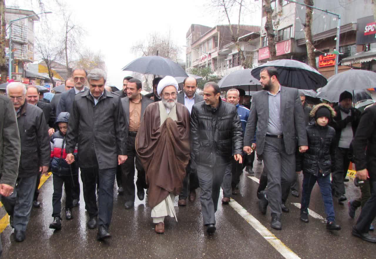 گزارش تصویری/ حماسه کم نظیر و به یادماندنی مردم رشت در راهپیمایی ۲۲ بهمن زیر بارش رحمت الهی