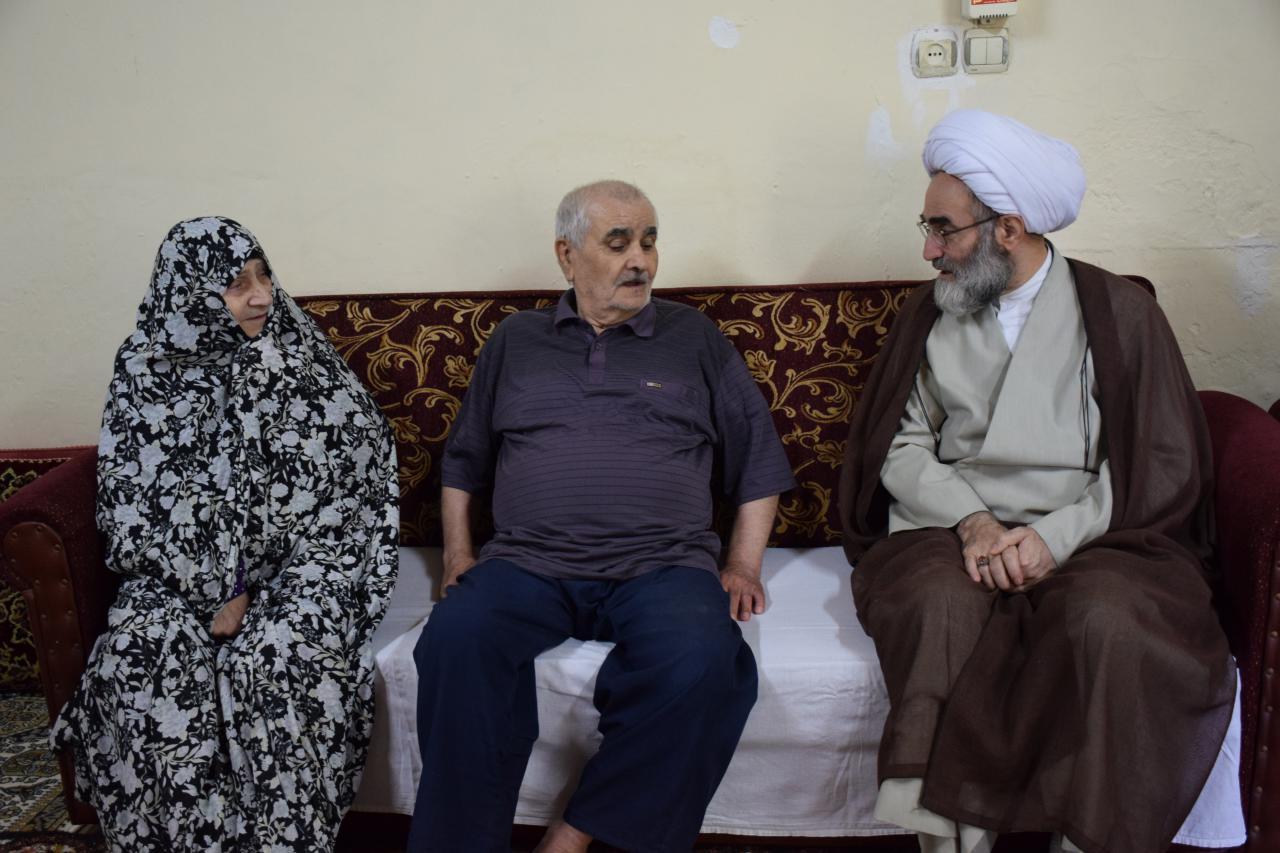 دیدار نماینده ولی فقیه در گیلان با خانواده های معظم ۳ و ۲ شهید در بندر انزلی+ گزارش تصویری