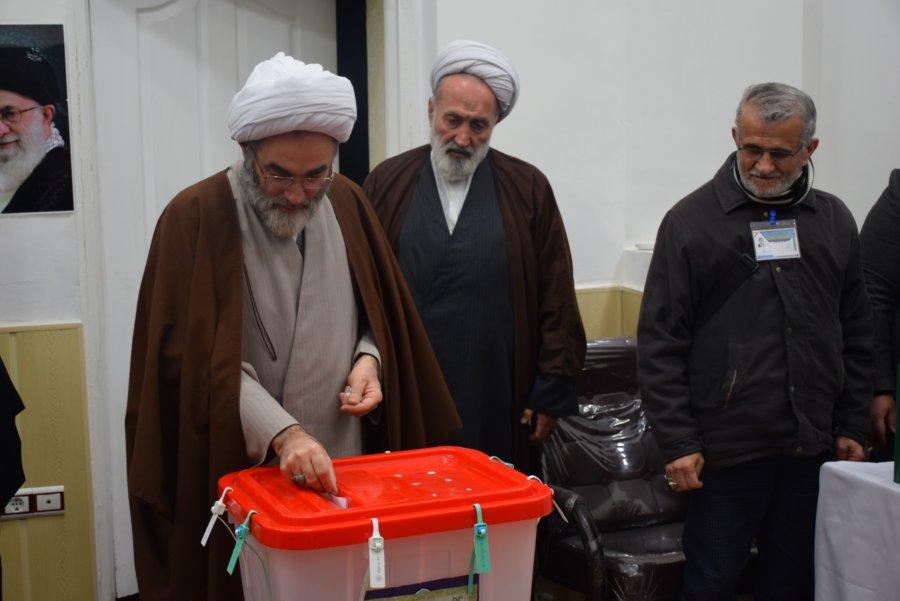 نماینده ولی فقیه در گیلان رای خود را به صندوق انتخابات انداخت + گزارش تصویری