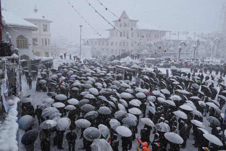 گزارش تصویری/ حضور مردم رشت به همراه آیت الله فلاحتی در راهپیمایی ۲۲ بهمن زیر بارش برف