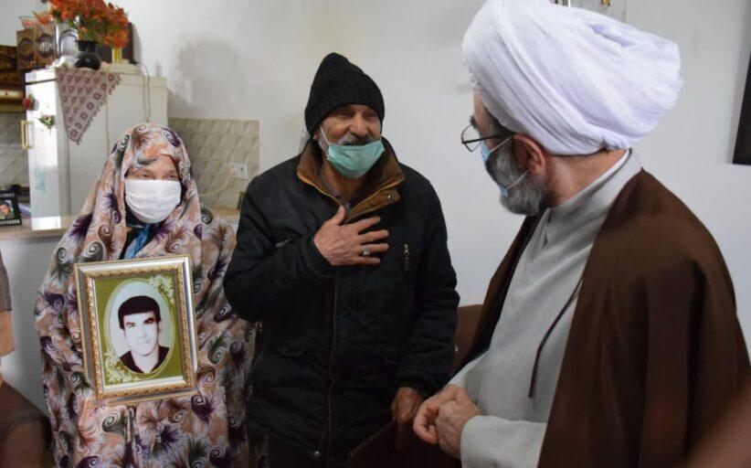 دیدار نماینده ولی فقیه در گیلان با دو خانواده معظم شهید و جانباز 70 درصد شهرستان شفت + تصاویر