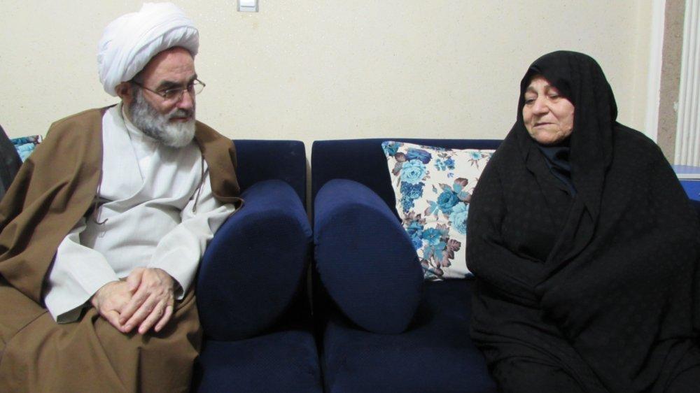 دیدار آیت الله فلاحتی با خانواده معظم شهید مدافع حرم حبیب روحی در خمام با حضور در منزل ایشان + تصاویر