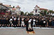 تجمع بزرگ عاشورائیان شهر رشت همراه با اقامه نماز جماعت ظهر عاشورا به امامت آیت الله فلاحتی+ تصاویر